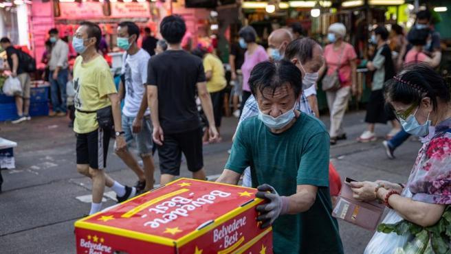 Ciudadanos con mascarillas por el coronavirus, en el distrito de Sham Shui Po, en Hong Kong, China.
