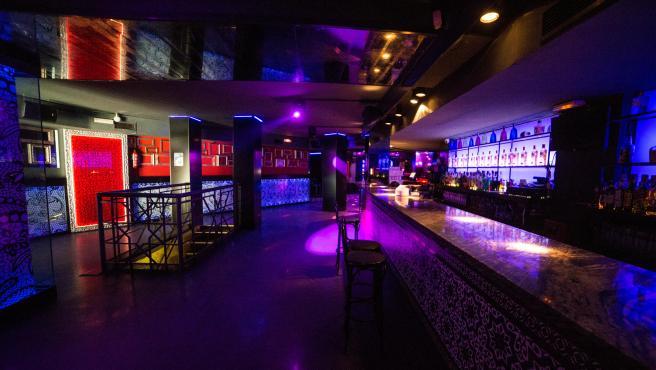 Interior de una discoteca de Madrid, con sillas en la pista de baile para que no se utilice.