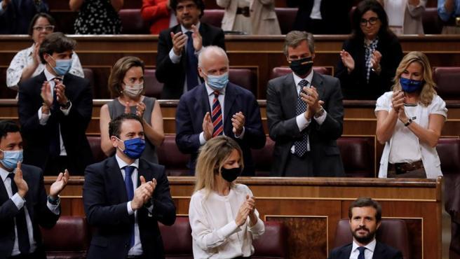 El líder del PP, Pablo Casado, aplaudido por los miembros de su grupo tras su intervención en la sesión de control.