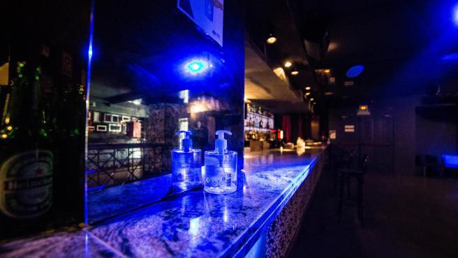 Gel desinfectant en una barra de discoteca