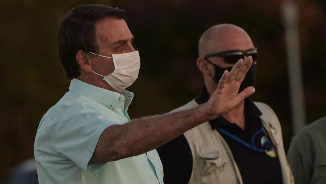 El presidente de Brasil, Jair Bolsonaro, saluda a sus seguidores en el Palacio do Alvorada, en Brasilia, donde guarda cuarentena por haber dado positivo en COVID-19.
