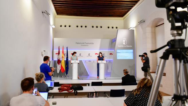 La portavoz del Gobierno, Blanca Fernández, y la consejera de Economía, Empresas y Empleo, Patricia Franco, en rueda de prensa.