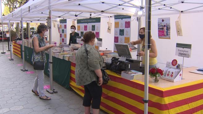 Barcelona vive un 'Sant Jordi' de verano en mitad de los rebrotes