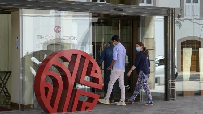 A Coruña. Clientes entran en el Hotel NH Collection Finisterre donde se encuentran alojados los jugadores del Fuenlabrada del caso de positivos de Covid-19 21/07/2020 Foto: M. Dylan