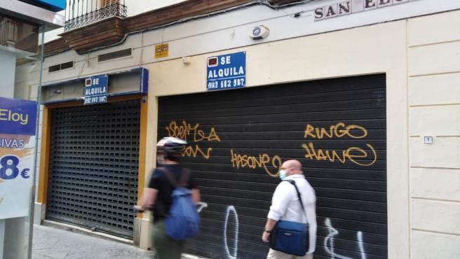 Comercio cerrado en la calle San Eloy de Sevilla.