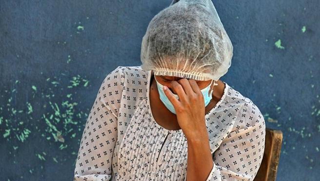Una mujer espera información sobre un familiar con síntomas de COVID-19 en un centro de atención y triaje para enfermos con coronavirus en Tegucigalpa, Honduras.