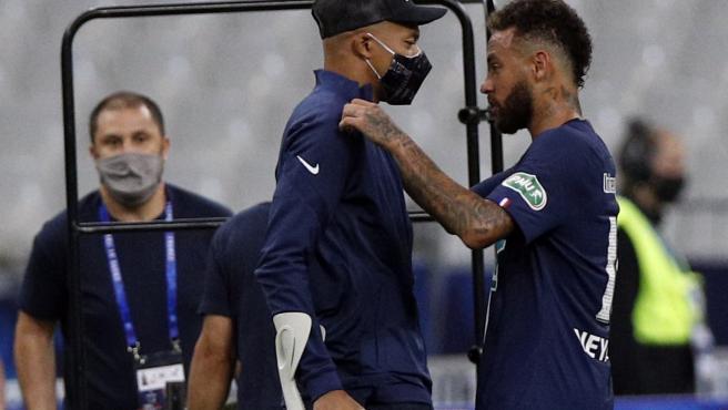 Neymar habla con Mbappé, lesionado durante la final de Copa.