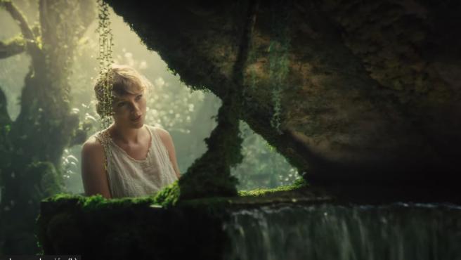 Taylor Swift en el videoclip de 'Cardigan', de su disco 'Folklore'.