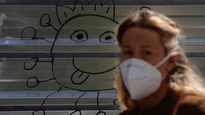 Una mujer lleva mascarilla para protegerse del virus, en una imagen de archivo.