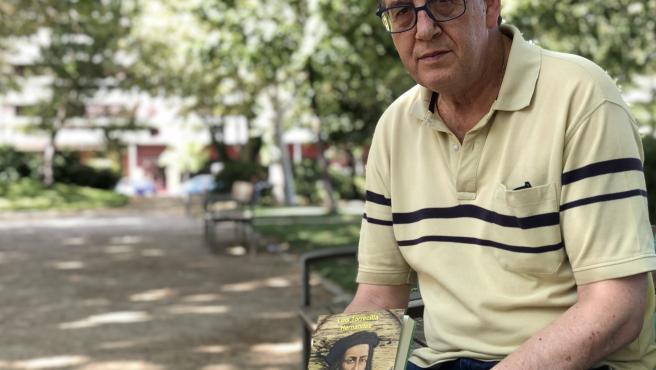 El escritor Luis Torrecilla posa con su última novela, 'El maquinista del mar'.