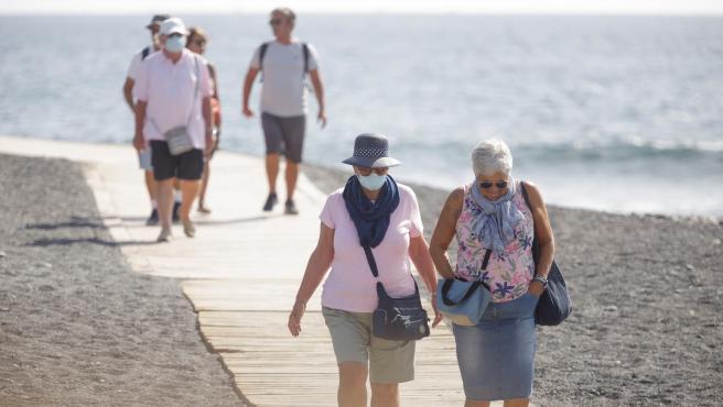 Varios turistas pasean en Tenerife.