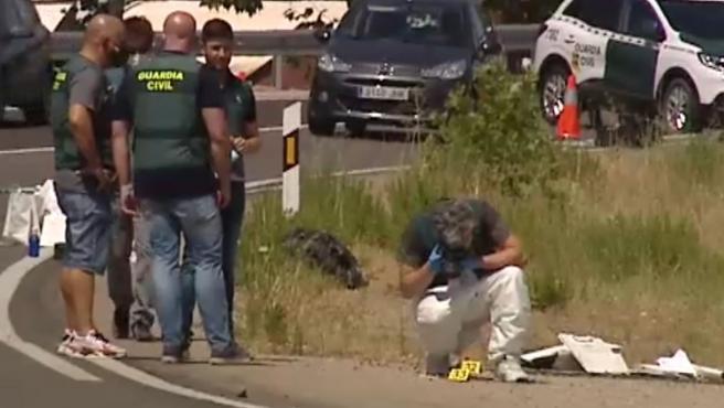 Dos familias quedaron en un restaurante de El Álamo, en Madrid, para celebrar lo que, según los testigos, era una pedida de soltera. De madrugada se produjo una reyerta y las familias comenzaron a agredirse. Gritos, pedradas, palos contra un coche...Una mujer gritaba que habían atropellado a su hijo. Esta mañana un conductor ha avisado a Emergencias al ver los cuerpos de dos mujeres entre la maleza junto a una rotonda. El 112 ha encontrado el cadáver de una mujer de unos 38 años y a una joven de 18 años herida grave. Horas después la Guardia Civil hallada el cadáver de otro hombre. Se investiga qué pudo ocurrir y si se produjo un atropello intencionado.