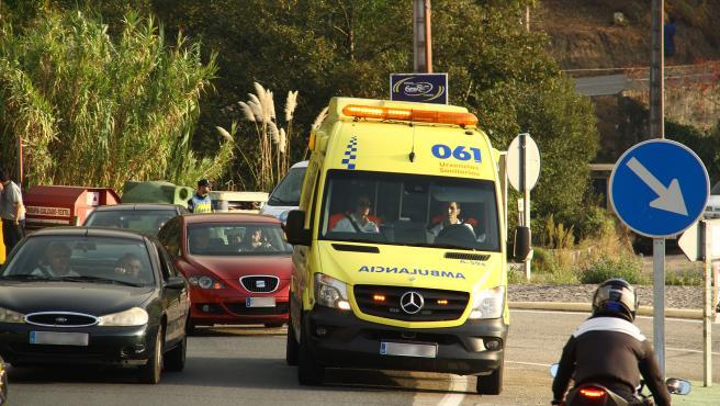 Ambulancia en servicio de emergencia en la carretera.