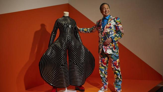 El diseñador Kansai Yamamoto con uno de sus diseños para David Bowie.