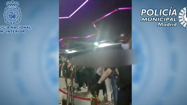 Imagen de la captura de vídeo del interior del establecimiento clausurado en Tetután con cinco detenidos y 95 personas bailando en su interior.