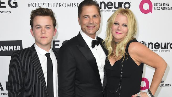 John Owen Lowe junto a sus padres, el actor Rob Lowe y Sheryl Berkoff.