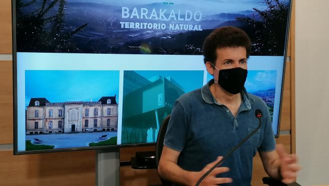 El concejal de Alcaldía, Gobierno Abierto, Turismo e Innovación, Gorka Zubiaurre, presenta la página de turismo Visit Barakaldo