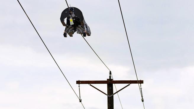 Facebook trabaja en un robot capaz de instalar cable de fibra óptica en líneas eléctricas.