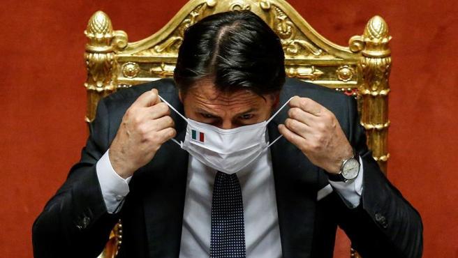 El primer ministro italiano, Giuseppe Conte, se coloca una mascarilla durante una sesión del Senado, en Roma.