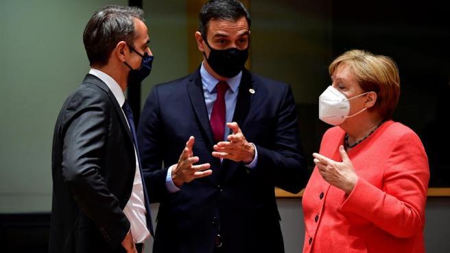 La Canciller alemana Angela Merkel conversa con el Primer Ministro griego Kyriakos Mitsotakis y el presidente del Gobierno Pedro Sánchez.