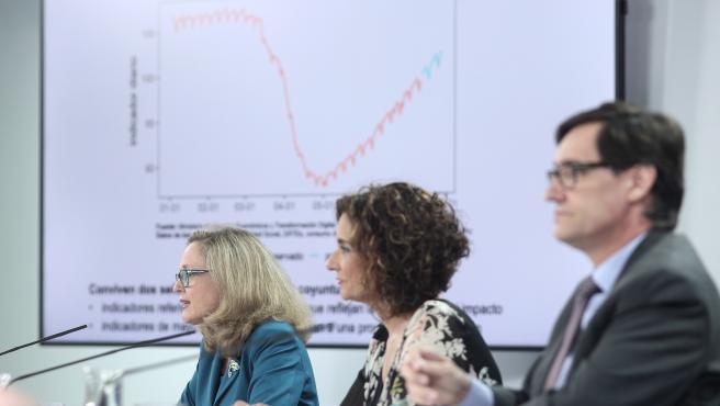 La vicepresidenta de Asuntos Económicos y Transformación Digital, Nadia Calviño; la ministra portavoz y de Hacienda, María Jesús Montero; y el ministro de Sanidad, Salvador Illa