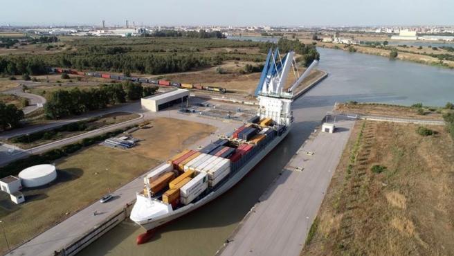 Un buque mercante cruza la esclusa del Puerto de Sevilla