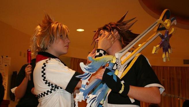 dos cosplayers como Sora y Roxas de la serie de videojuegos Kingdom Hearts en Yaoi-Con 2008 haciendo una pose. Foto airgus Wikimedia Commons
