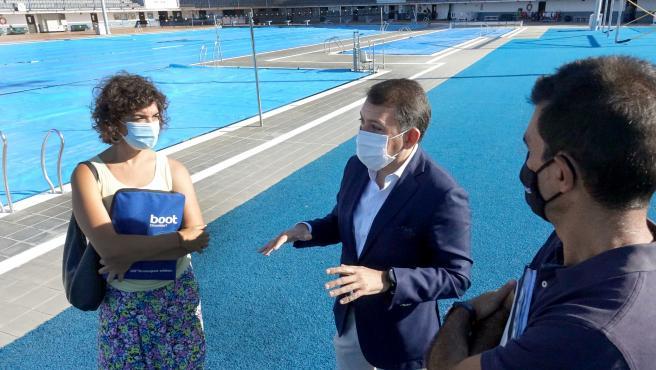 El alcalde de Santa Cruz de Tenerife, José Manuel Bermúdez, y la concejal de Deportes, Alicia Cebrián, visitan la piscina municipal