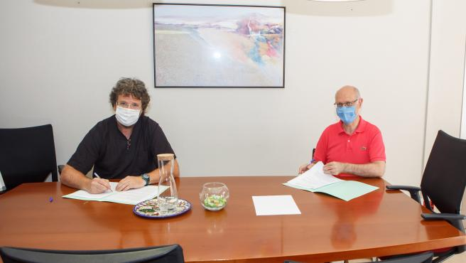 Firma del convenio por Andrés Carbonero Martínez (derecha) y Alberto Urteaga Villanueva