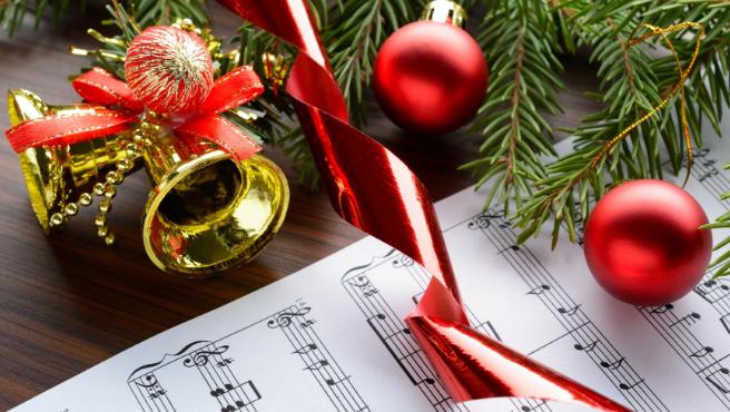Motivos navideños sobre la partitura de un villancico.