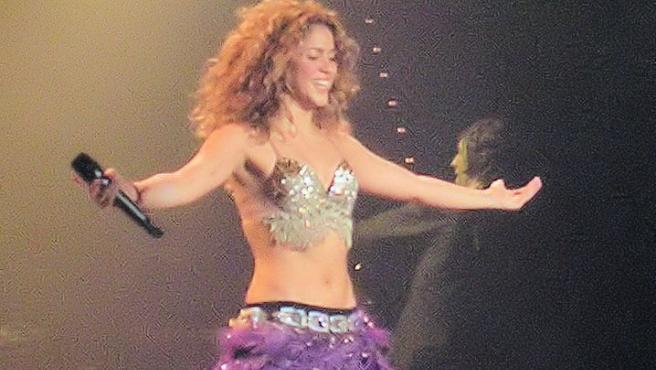 Shakira durante la gira de fijación oral 2006, La Coruña-España Foto Alejandro Bárcenas Wikimedia Commons
