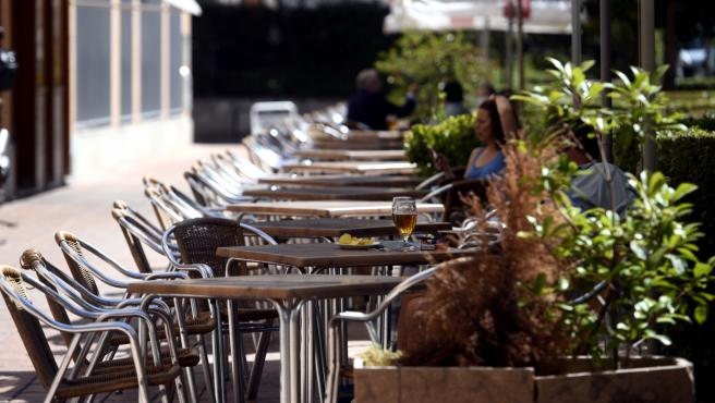 Varias personas disfrutan en una terraza, en Madrid (España), a 6 de julio de 2020.