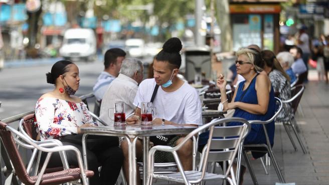 La policía vigila de cerca el primer día de mascarillas obligatorias en Madrid. Los agentes advierten a los que las llevan mal puestas, en el brazo o la barbilla. También a los que olvidan ponérselas. Y tras las advertencias los vemos poner las primeras multas: 100 euros cuesta no colocársela. Hay que llevarla en todas partes, aunque haya distancia de seguridad. En la calle y también en las terrazas, siempre que no se esté comiendo o bebiendo. Ése es el punto débil de los madrileños que en cuanto se sientan en la terraza se la quitan. Los agentes también vigilan hoy las reuniones, porque a partir de ahora no pueden ser de más de diez personas. Y esta noche, más vigilancia, porque todos los locales de ocio y terrazas tienen hora de cierre: la 1 y media de la madrugada.