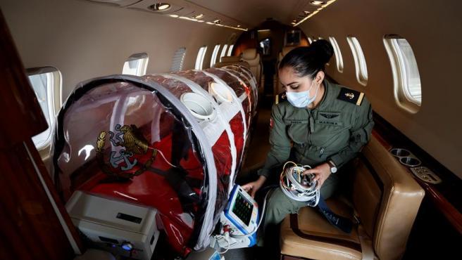 Una oficial de la Marina Armada de México habilita el equipamiento de una ambulancia aérea para traslados de pacientes con COVID-19 en Ciudad de México.