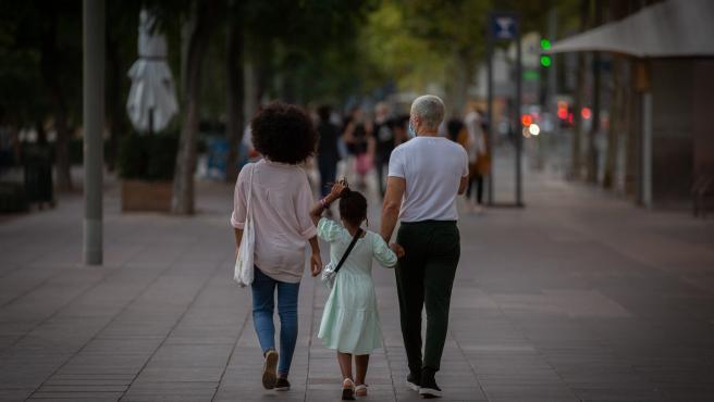 Dos padres con su hija paseando en Barcelona