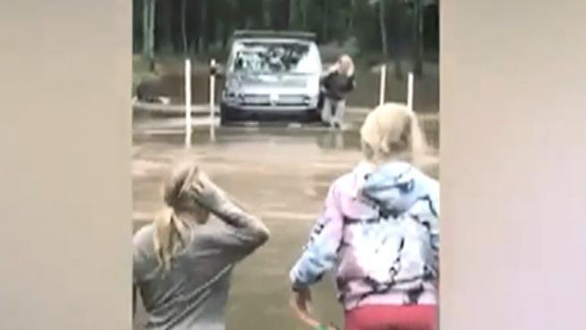 Elsa Pataky, caminando por el agua tras quedar su coche atrapado.