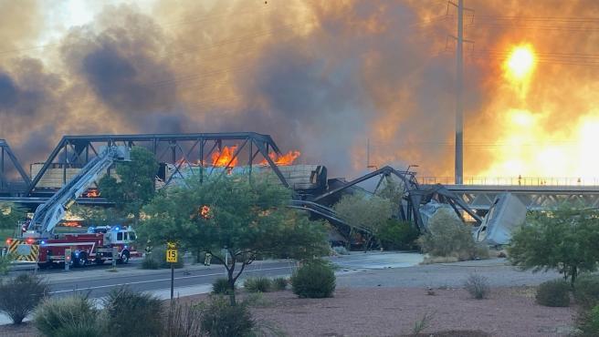 El aparatoso incendio causado por el descarrilamiento.