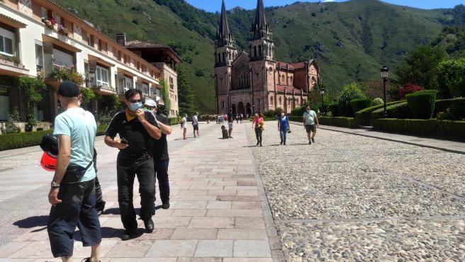 Turistas con mascarilla en Covadonga.