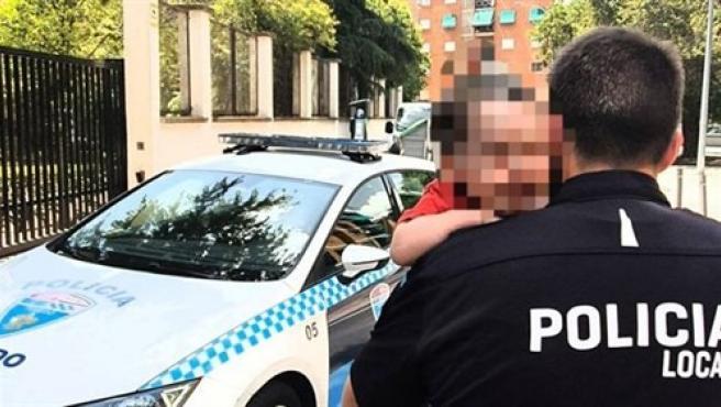 Agente de Policía Local rescata a un menor de dos años del interior de un coche aparcado al sol. 31/7/2020