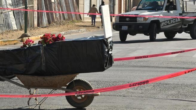 El ataúd con un fallecido por Covid-19 en plena calle de Cochabamba, en Bolivia.