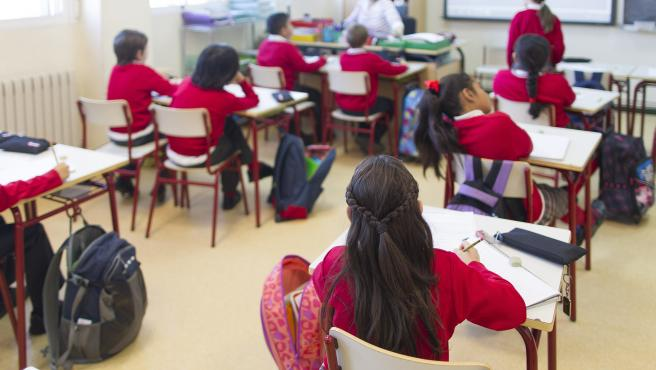 Colegio, escuela, aula, primaria, clase, niño, niña, niños, estudiando, estudiar, escribir, escribiendo, deberes, profesor, profesora, profesores