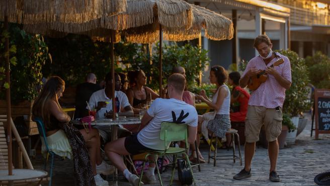 Varias personas sin mascarilla en terrazas en Barcelona.