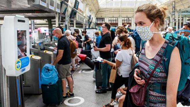 Una mujer observa un puestio de medición de temperatura corporal por el coronavirus, en la estación de Lyon, en París, Francia.