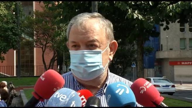 El consejero vasco de Hacienda, Pedro Azpiazu, realiza declaraciones a los medios en Bilbao.