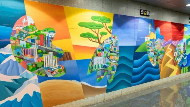 El mural de Philip Stanton en homenaje a los sanitarios, situado en el vestíbulo principal de la parada Guinardó / Hospital de Sant Pau de la línea 4 del metro de Barcelona.