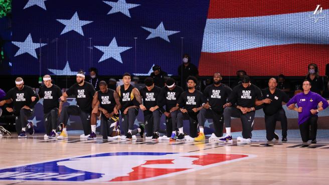 Jugadores de los Lakers arrodillados