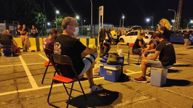 Trabajadores de Nissan sentados en sillas de camping y cenando en la puerta de la fábrica, donde se está realizando la réptima jornada de negociación del ERE.