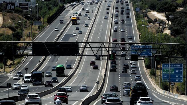 Tráfico de vehículos en la carretera A6 en Madrid este viernes.