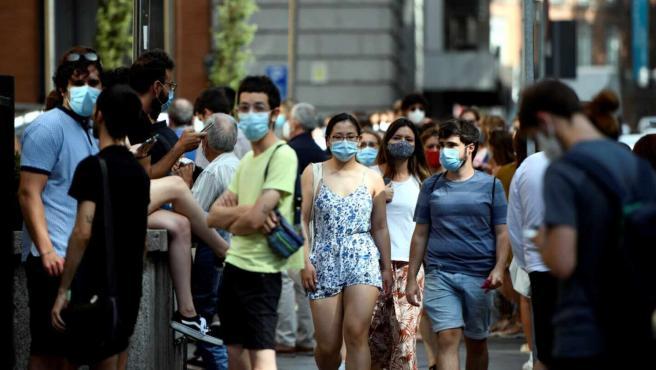 Imagen de archivo de varios ciudadanos con mascarilla en Madrid.
