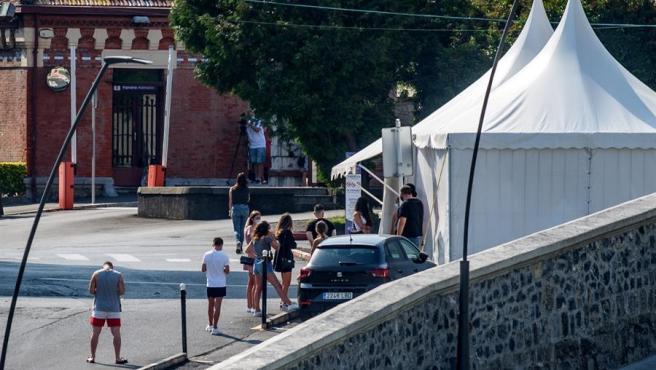 Vista de la carpa instalada este viernes frente al hospital de Basurto para hacer PCR a todas las personas que estuvieron en la discoteca Back&Stage de Bilbao el pasado 18 de julio.